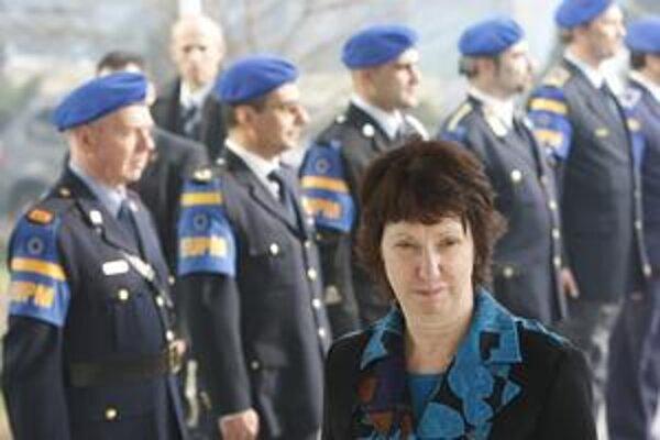 Šéfka európskej diplomatickej služby Britka Catherine Ashtonová (vpredu) vytvorí jeden z najväčších zborov na svete.