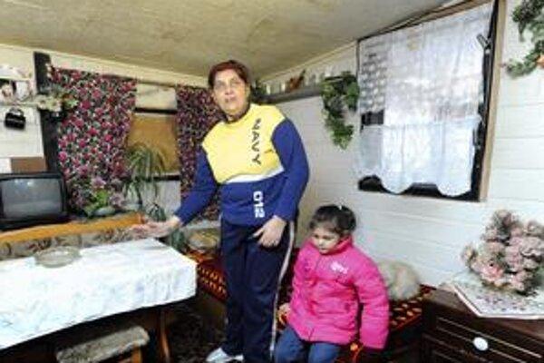 Rodinu v osade Bedřiška útok zápalnou fľašou zaskočil.
