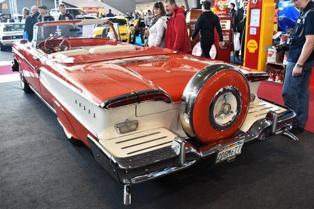 Rezervné koleso mohlo byť umiestnené na zadnom nárazníku. Vozidlá Edsel, ktorých sa dokopy vyrobilo ani nie 111-tisíc, sú dnes vzácnymi zberateľskými kúskami – na výstave veteránov v Stuttgarte bol tento kabriolet na predaj za 68 500 eur.