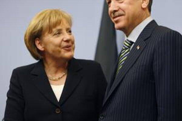 Kancelárka Merkelová premiéra Erdogana potešila len sľubom o spoločnej univerzite.