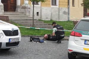 Takto ozbrojeného lupiča zadržali pred kremnickým mestským úradom.