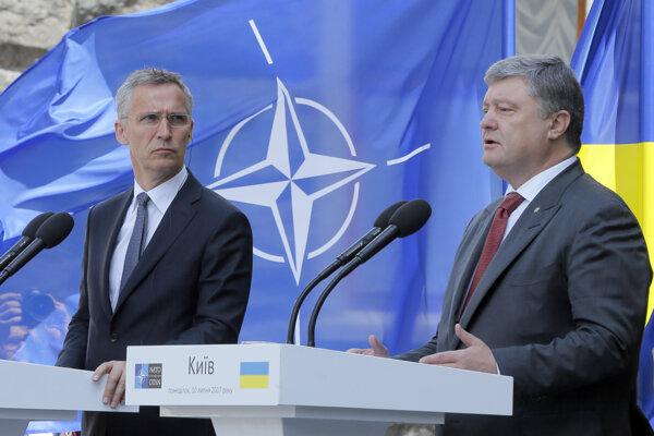 Ukrajinský prezident Petro Porošenko (vpravo) a generálny tajomník NATO Jens Stoltenberg (vľavo).