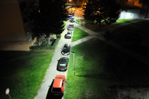 Bežná realita parkovania na periférii Linčianskej. Parkuje sa na chodníkoch či asfaltových ihriskách.