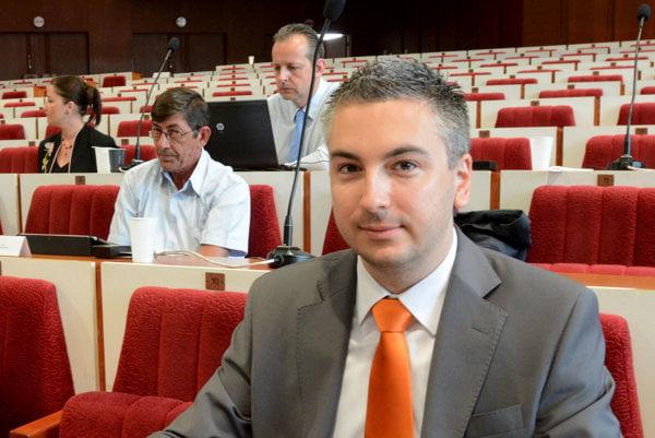 Nastupujúci župan Rastislav Trnka (33). Po štyroch rokoch v poslaneckej lavici si čoskoro presadne za predsednícky pult.