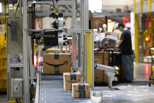 Balíky prechádzajú cez skener v sklade Amazonu v americkom Baltimore.