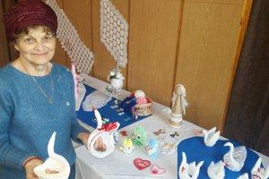 Bývalá pani učiteľka Eva Behulová zaujala papierovými labuťami.
