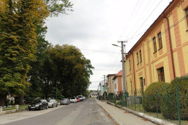 Vpravo stojí budova obecného úradu.