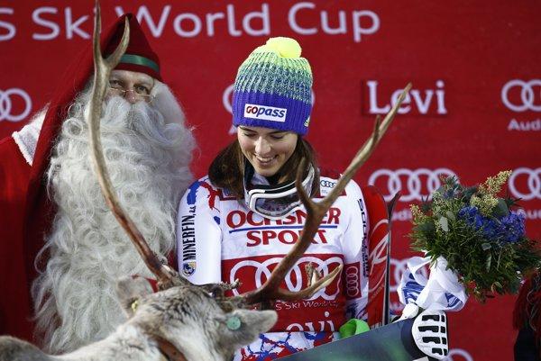 Petra Vlhová na stupňoch víťazov vo fínskom Levi.