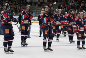 Slovenskí hokejisti ďakujú divákom po stretnutí hokejového turnaja Nemecký pohár Slovensko - Rusko.
