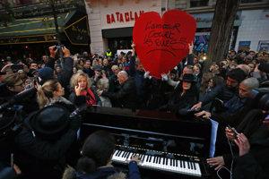 Prvé výročie útoku si pred rokom Parížania pripomenuli aj živou hudbou pred Bataclanom.