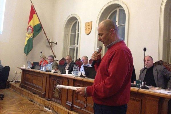 Na snímke zástupca komárňanských podnikateľov Ľudovít Józsa číta výzvu na prijatie územného plánu.
