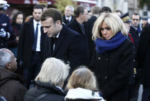Francúzsky prezident Emmanuel Macron spolu s manželkou Brigitte počas spomienky na obete teroristických útokov v Paríži.