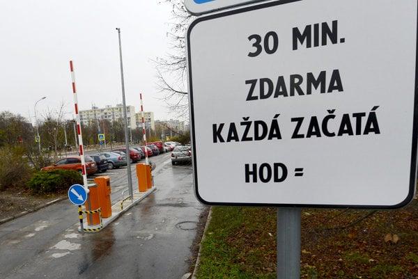 Parkovisko pri univerzitnej nemocnici na Antolskej ulici v Petržalke.