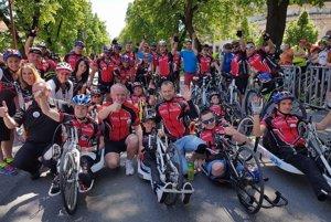 Nedávna akcia Parasport24, kde slovenské osobnosti a hendikepovaní športovci prešli na bicykloch naprieč Slovenskom.