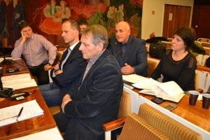 Poslanci Daniela Galandová a Ladislav Alušík (vpredu vpravo). Žiadali doplňujúce informácie.