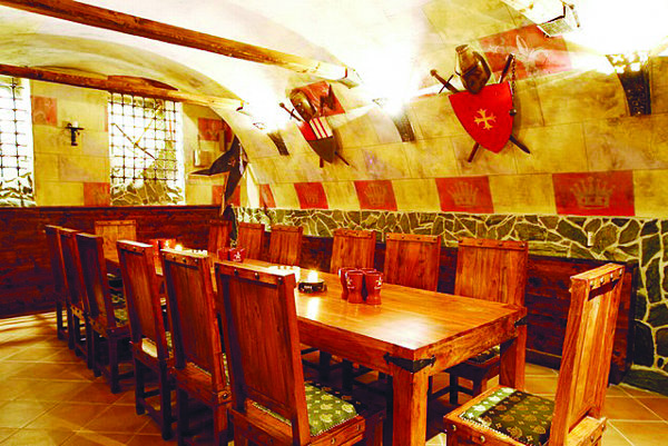 Ako na hrade. V reštaurácii Camelot.