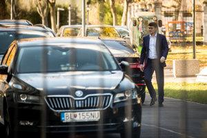 Podpredseda Smeru Marek Maďarič prichádza na rokovanie užšieho vedenia strany na Úrade vlády.