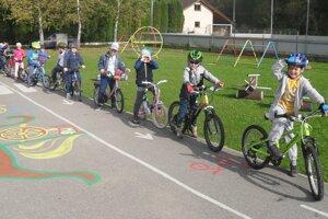 Spoločne si zopakovali pravidlá cestnej premávky apovinnú výbavu chodcov acyklistov.