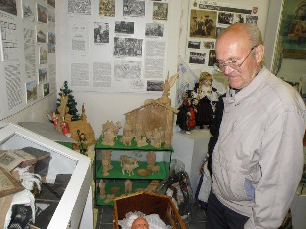 Politickí väzni si pozreli expozíciu, ktorá je v Dome stretávania v Handlovej.