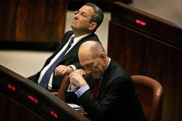 Izraelský minister Ehud Olmert (vpravo) a minister obrany Ehud Barak (vľavo) sa pri riešení konfliktu vyslovili v prospech preskúmania diplomatických možností