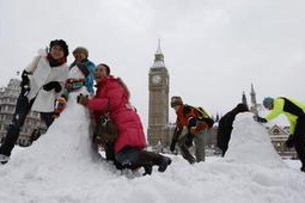 Snehuliak pred britským parlamentom je skôr raritou. Cez noc však v Londýne napadlo najviac snehu za 18 rokov. Spôsobilo to komplikácie v doprave. Nízke teploty si vyžiadali aj život dvoch horolezcov, ktorých našli zamrznutých vo Walese.