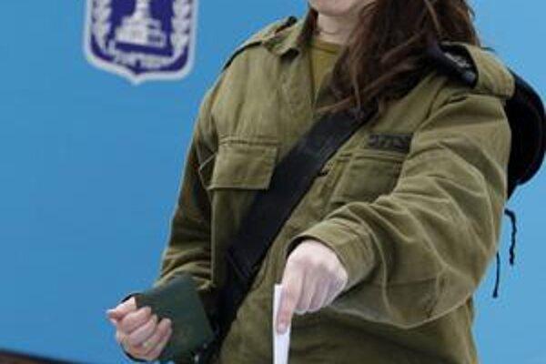 Izraelská vojačka spolu so svojimi kolegami na Golanských výšinách volila už v pondelok.