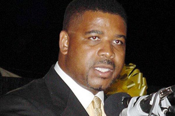 Premiér karibských ostrovov Turks a Caicos, Michael Misick v piatok oznámil, že odstupuje z funkcie