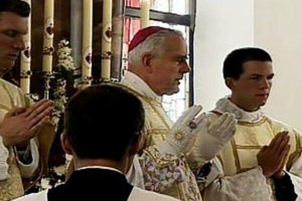 Bratstvo sv. Pia X. už Williamsona zbavilo funkcie šéfa semináru pri Buenos Aires. Teraz musí kontroverzný biskup opustiť aj krajinu.