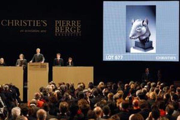 Zbierka slávneho návrhára Laurenta trhala rekordy a nahnevala Peking.