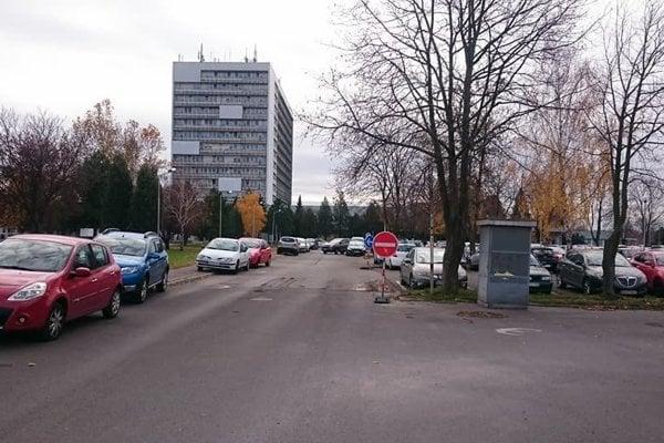Parkovanie pri nemocnici stále neponúka pacientom dostatok miest.