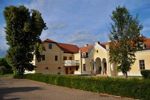 Obec Jaslovské Bohunice existuje iba od roku 1960, keď boli úradne spojené dve susediace obce Jaslovce a Bohunice.