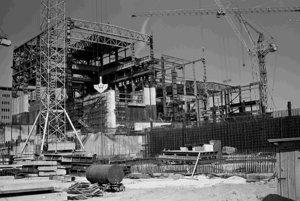 Z výstavby jadrovej elektrárne voronežského typu V 2 v Jaslovských Bohuniciach pri Trnave. Na archívnej snímke z 25. apríla 1981 zamestnanci Hydrostavu Bratislava a Hutných montáží Ostrova robia kompletizáciu a betonáž chodieb a šachty a montujú oceľové konštrukcie pozdĺžnej etažierky a strojovne.