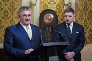 Minister práce Ján Richter s premiérom Robertom Ficom (obaja Smer-SD).