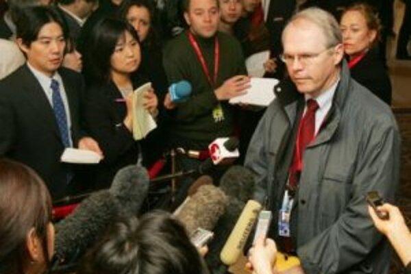 Hlavný vyjednávač USA Christopher Hill v rozhovore s reportérmi.