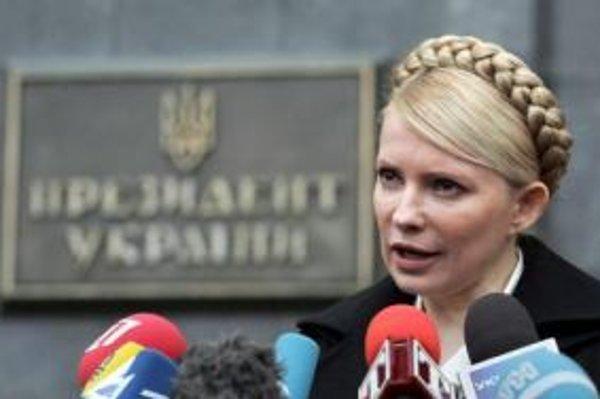 Tymošenková sa mala po minuloročných voľbách stať premiérkou - jej strana síce skončila až na druhom mieste za Janukovyčovou Stranou regiónov, tá však nemala spojencov. Dlhé váhanie Juščenka, ktorý Tymošenkovú na poste premiérky nechcel akceptovať, nakoni