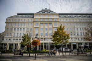 Komplex budov Carlton-Savoy v centre hlavného mesta za 60 miliónov kúpili zakladatelia Esetu Rudolf Hrubý a Maroš Grund. O budovu sa ich snaží pripraviť ich bývalý obchodný partner. Eseťákov sa snaží ochrániť advokátska kancelária Relevans.