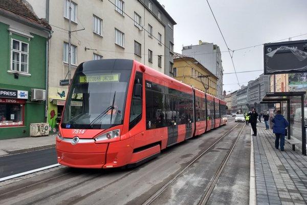 Skúšobná jazda električky po vynovenej trati na Špitálskej ulici.