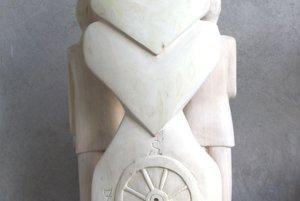 Zadná strana súsošia s kolesom dejín, slnkom života a dvomi srdcami.