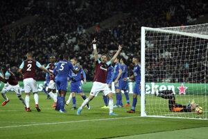 Hráči West Hamu sa radujú zo svojho gólu.