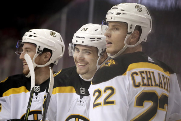 Peter Cehlárik (vpravo) v drese Bostonu Bruins.