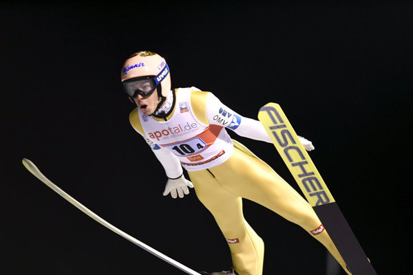Rakúšan Stefan Kraft stanovil v sobotňajšej súťaži družstiev nový rekord mostíka v Ruke.