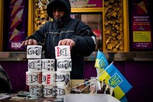Pouličný obchodník predáva toaletný papier s portrétom Vladimíra Putina.