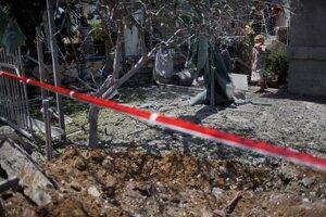 Izraelsko-palestínsky konfliktŽena kontroluje škody spôsobené palestínskymi militantmi.