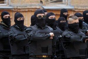Dobrovoľníci skladajú v Kyjeve sľub vernosti Ukrajine pred odchodom na východ krajiny.