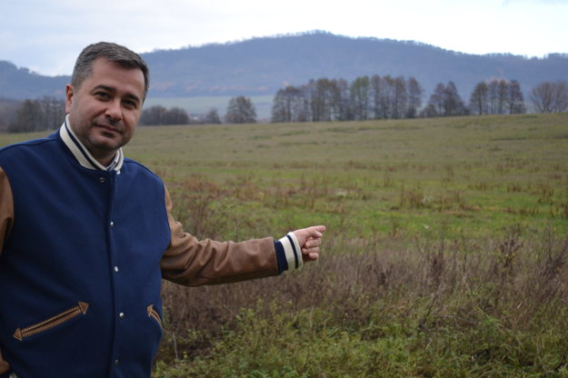 Pri pozemku. Marek Jaš ukazuje, ktorý pozemok chce mestu predať.