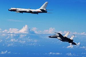 Stíhacie lietadlo Su-30 (vpravo).