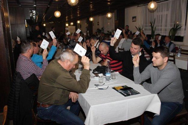 Všetci prítomní delegáti hlasujú za Petra Kováča