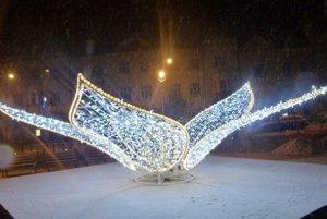 Snežiť začalo už včera. Takto to vyzeralo na Námestí hrdinov v Leviciach.