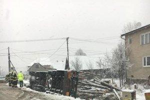 Momentálne v Zborove nad Bystricou odstraňujú dôsledky nehody. Prevrátil sa tam kamión.