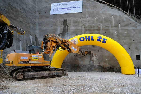 ťažký mechanizmus počas slávnostného začiatku razenia tunela Čebrať na diaľničnom úseku D1 Ivachnová - Hubová blízko Ružomberka a obce Likavka 19. septembra 2014.